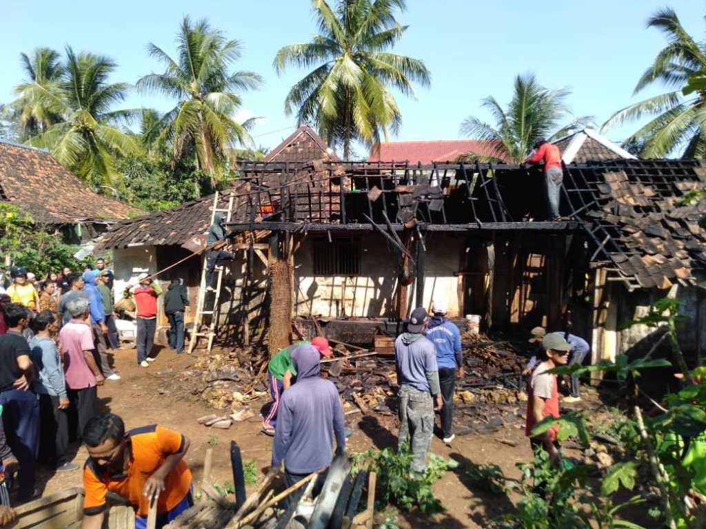 Kerja bakti warga membersihkan sisa kebakaran rumah Sinem