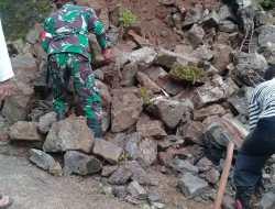 Tebing Setinggi Lima Meter Longsor, Tutup Akses Jalan Warga