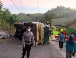 Transmisi Macet, Truck Tronton Terguling di Tanjakan Dloko
