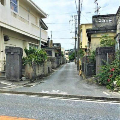 糸満市与座に残る製糖工場の「門柱」と「糖蜜タンク」