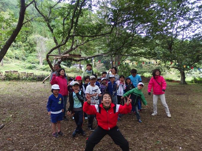 地域の森で楽しむ子ども達