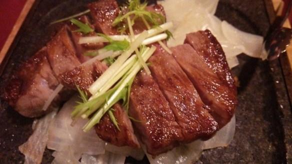 熟成肉を食べる