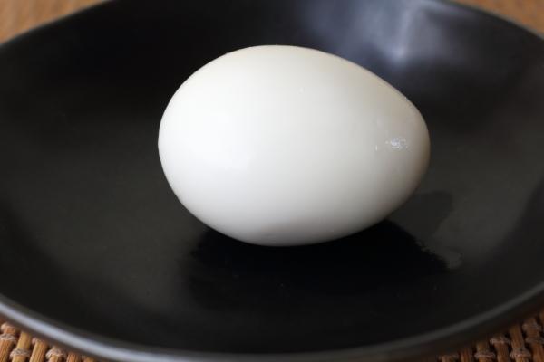 ゆで卵殻を水に入れる