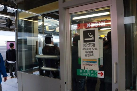 新宿駅10・11番線喫煙所