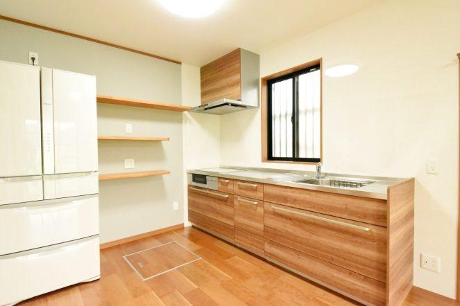 こだわりのキッチンは美しい木目調のものをチョイス。 サビや汚れ、熱にも強い長く愛用頂けるキッチンです。 再度には見せる収納棚も設置してキッチンスペースが楽しめる空間になりました。