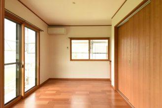 LDKに隣接した洋室。 窓は内窓を設置し、断熱効果があります。 冬の結露も減少されるので、快適さがぐっとアップしました。