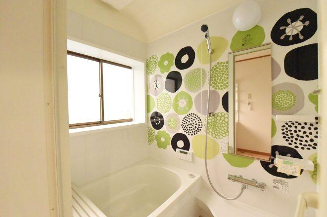 お風呂は壁面に華やかな手書き風の模様がある個性が光る空間に。