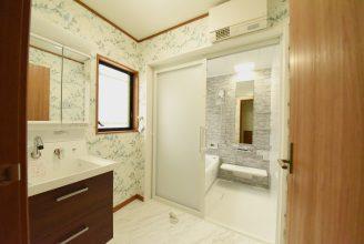 脱衣所・お風呂は壁面をお気に入りの柄をいれました。 明るく楽しい水まわり空間になりそうです。