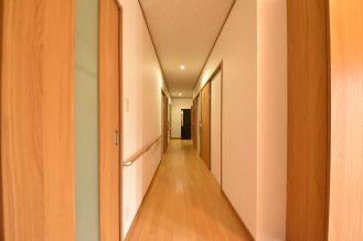 長く続く廊下には手すりを設置し、将来の安全対策に。