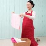 洗濯をする女性