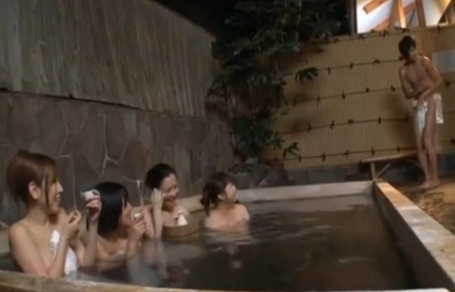 《美淑女》混浴と勘違いしたフリして女湯に入り込んだ『湯船で日本酒ホロ酔い。。。』チ〇ポのデカイ僕に興味持った女性客達の誘惑が始まった!