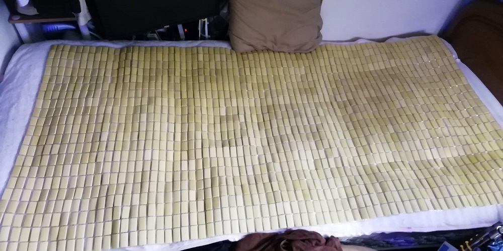 竹シーツをベッドに敷く