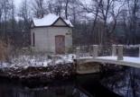 Kapliczka na wyspie przy dworze w Olesinie