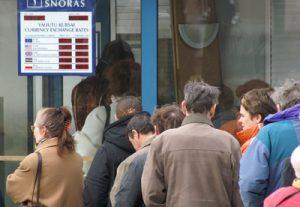 Coraz więcej mieszkańców Litwy, woli przechowywać swe pieniężne oszczędności w bankach, w jedynej europejskiej walucie — euro Fot. Marian Paluszkiewicz