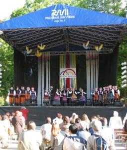 Popis polskiego zespołu ludowego uwieńczył program festiwalu, porywając wszystkich widzów dźwięczną melodią, skocznym tańcem oraz barwnymi strojami Fot. Barbara Chikashua