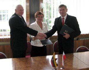 Partnerski uścisk rąk uwieńczył podpisanie umowy Fot. archiwum ASRW