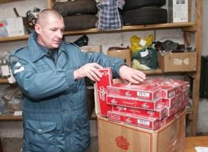 Policjanci zatrzymują coraz większe ilości kartonów z przemycanymi papierosami Fot. Marian Paluszkiewicz