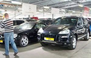 SUV Porche Cayenne, mimo że używany przez kilka lat, nadal kosztuje grubo ponad 100 tys. litów  Fot. Marian Paluszkiewicz