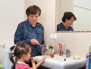 Pani Teresa Raczycka do tygodnia grzeje wodę w rondelku,  żeby się mogła umyć  jej wnuczka Fot. Marian Paluszkiewicz