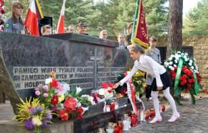 Hołd poległym w obronie Ojczyzny i pomordowanym w lasach ponarskich oddali również przedstawiciele młodszego pokolenia wileńskich Polaków Fot. Marian Paluszkiewicz