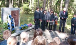 Zgromadzeni przy pomniku uczniowie z przejęciem słuchali historii o dziejach Niemenczyna, którą opowiedział starosta Borusewicz Fot. Marian Paluszkiewicz