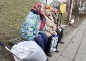 Pracującym emerytom, którzy próbują dorobić do niskiej emerytury, rząd zamierza zmniejszyć ją o połowę  Fot. Marian Paluszkiewicz