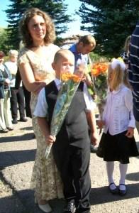 Uczniowie wręczają kwiaty swoim nauczycielom Fot. archiwum ASRW