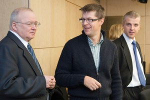 Argumenty przedstawiciela partii konserwatystów w GKW, doradcy premiera Andriusa Kubiliusa, Gintarasa Kalinauskasa (w centrum) były nad wyraz przekonywujące dla przewodniczącego GKW Zenonasa Vaigauskasa (od lewej)  Fot. Marian Paluszkiewicz