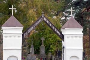 """Brama wiodąca  na cmentarz Stary. A na niej napis: """"Czy zdrów, czy chory — Memento Mori""""  Fot. Marian Paluszkiewicz"""
