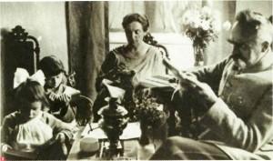 Józef i Aleksandra Piłsudscy z córkami w Sulejówku  Fot. Muzeum Wojska Polskiego, Zbiory Rodziny Piłsudskich