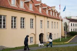 Odkąd przed rokiem polskie placówki dyplomatyczne przeniosły się do XVII-wiecznego pałacu Paców przy ulicy św. Jana w centrum Wilna, budynek ten stał się obiektem częstych ataków wandali oraz litewskiej prasy, której nie podoba się wywieszona na terenie placówki polska flaga Fot. Marian Paluszkiewicz