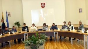 Młodzież ze Starych Trok zajęła na moment miejsca  władz rejonu w sali, w której odbywają się posiedzenia Rady Fot. Alina Sobolewska
