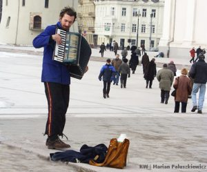 Za oficjalną granicą ubóstwa znajduje się około 20 proc. społeczeństwa, tymczasem nieoficjalnie mówi się, że z problemem nędzy boryka się nawet co trzecia osoba. Według litewskich standardów, minimum egzystencji wynosi od lat 150 litów, czyli po 5 litów dziennie na wyżywienie, opiekę zdrowotną i inne niezbędne czynności psychofizyczne, tymczasem, na przykład, na Łotwie minimum to wynosi około 700 litów.