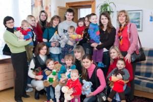 Mikołaje ze Średniej Szkoły w Rukojniach byli ciepło przyjęci przez najmłodszych wychowanków Wileńskiego Domu Dziecka nr 3 Fot. Marian Paluszkiewicz