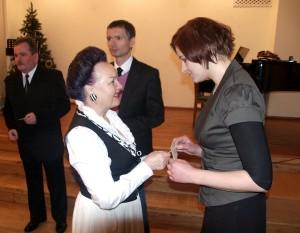 Apolonia Skakowska dzieli się chlebem wigilijnym z gośćmi z ambasady Fot. Zbigniew Markowicz
