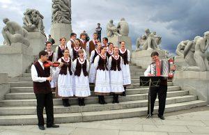 """Jeden z występów """"Wilenki"""" w Norwegii — tym razem w parku Vigelanda"""