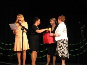Z rąk mer Marii Rekść kierownicy przedszkoli otrzymali dyplomy uznania.