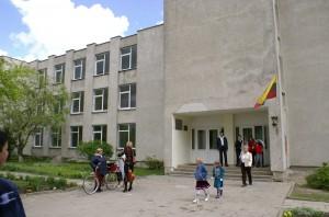 """Chociaż ze względu na kryterium ocen ranking szkół """"Veidasu"""" jest oceniany krytycznie, jednak zdaniem kierowników polskich szkół, nawet tak nieprecyzyjne ocenianie placówek wyraźnie wykazuje przewagę polskich szkół nad zakładanymi obok nich konkurencyjnymi placówkami z litewskim językiem nauczania. Fot Marian Paluszkiewicz"""