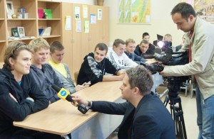 Rozmowa Jarosława Kostkowskiego z Łukaszem, kolegą Tomka, podczas spotkania w szkole  Fot. Marian Paluszkiewicz