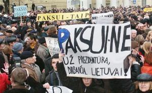 Impeachment wobec prezydenta Rolandasa Paksasa wyraźnie podzielił społeczeństwo na zagorzałych jego zwolenników i równie zagorzałych przeciwników. Fot. Marian Paluszkiewicz