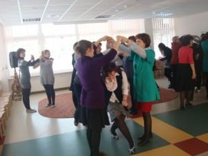 """Wychowawczynie przedszkola na """"własnej skórze"""" wypróbowały zabawy taneczne. Fot. Ewa Gedris"""