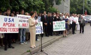 Około 300 przedstawicieli społeczności polskiej na Litwie protestowało w sobotę przed ambasadą USA w Wilnie Fot. ELTA