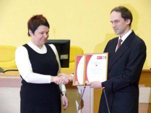 Samorządu Rejonu Wileńskiego Lucyny Kotłowskiej wręcza Aloyzas Mikšys, przedstawiciel spółki Bureau Veritas Lit Fot. archiwum ASRW