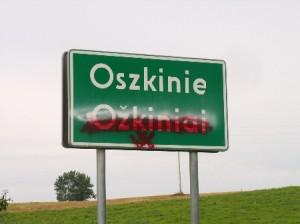 Zamalowane przez nieznanych wandali dwujęzyczne tablice w gminie Puńsk. Fot. Marian Paluszkiewicz