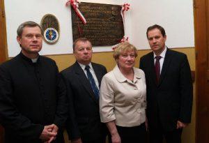 Ksiądz Józef Aszkiełowicz, starosta Edward Puncewicz, mer Maria Rekść oraz europoseł Waldemar Tomaszewski Fot. archiwum ASRW