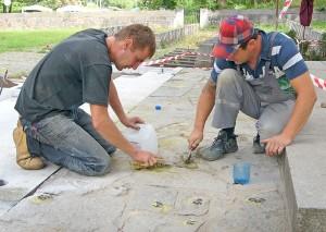 Stare kamienie ze starej alejki – wyjęte na czas odnowy — ponumerowane wróciły na dawne miejsce Fot. Marian Paluszkiewicz