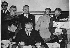 Podpisanie paktu Ribbentrop-Mołotow  Fot. archiwum