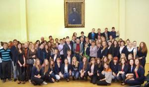 Uczniowie chętnie pozowali do wspólnego zdjęcia      Fot. Marian Paluszkiewicz