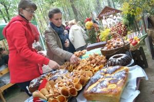 Zachwycała różnorodność potraw, gospodarze stoisk serdecznie zapraszali wszystkich chętnych na degustację  Fot. Marian Paluszkiewicz