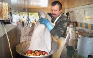 """Kiedy są tak """"gorące"""" dni jak obecnie — w ciągu dnia tonę jabłek wytłaczam — mówi właściciel tłoczarni Józef Kurniewicz    Fot. Marian Paluszkiewicz"""